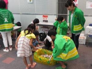 大宰府地域のお菓子つりコーナー(100円)、委員の子どももお手伝い
