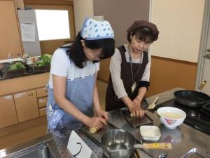 白神こだま酵母を使った塩麹パンの生地を手で捏ねます。