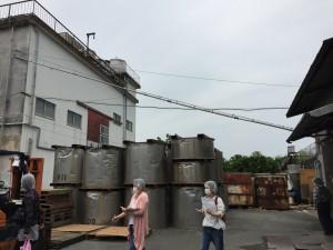 右側が洗穀機がある建物。右から左上に向かって、水と共に原料が水圧で運ばれていきます。