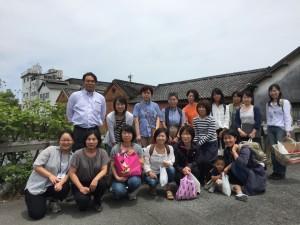 並倉と柳川の水路をバックに記念撮影